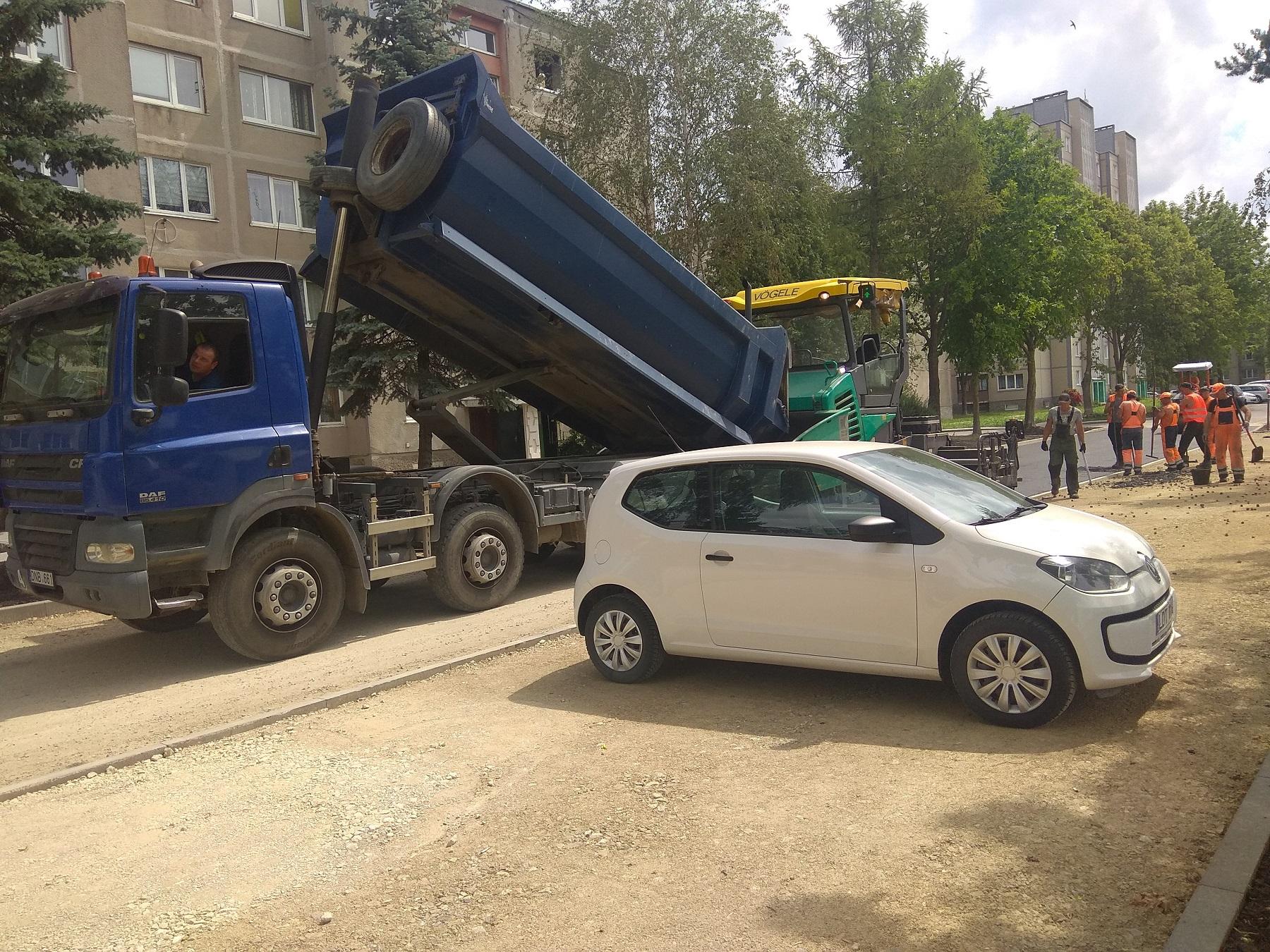 Vienas automobilis buvo paliktas statybvietėje, tad jis buvo tiesiog įkalintas, mat aplink jį buvo ištiestas asfaltas.