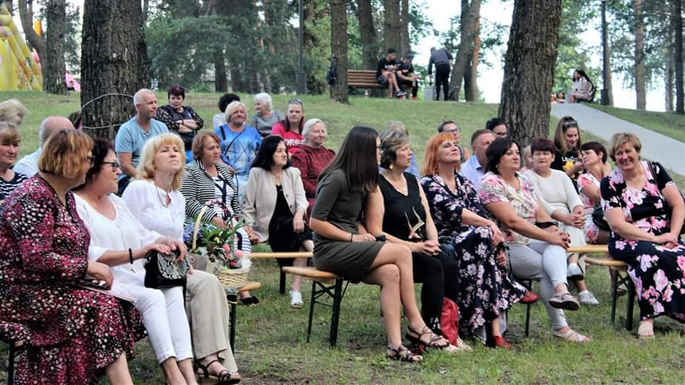 Gausus būrys beinaitiškių, aplinkinių kaimų gyventojų bei šio kaimelio svečių sugužėjo į nuostabaus grožio Beinaičių parką.