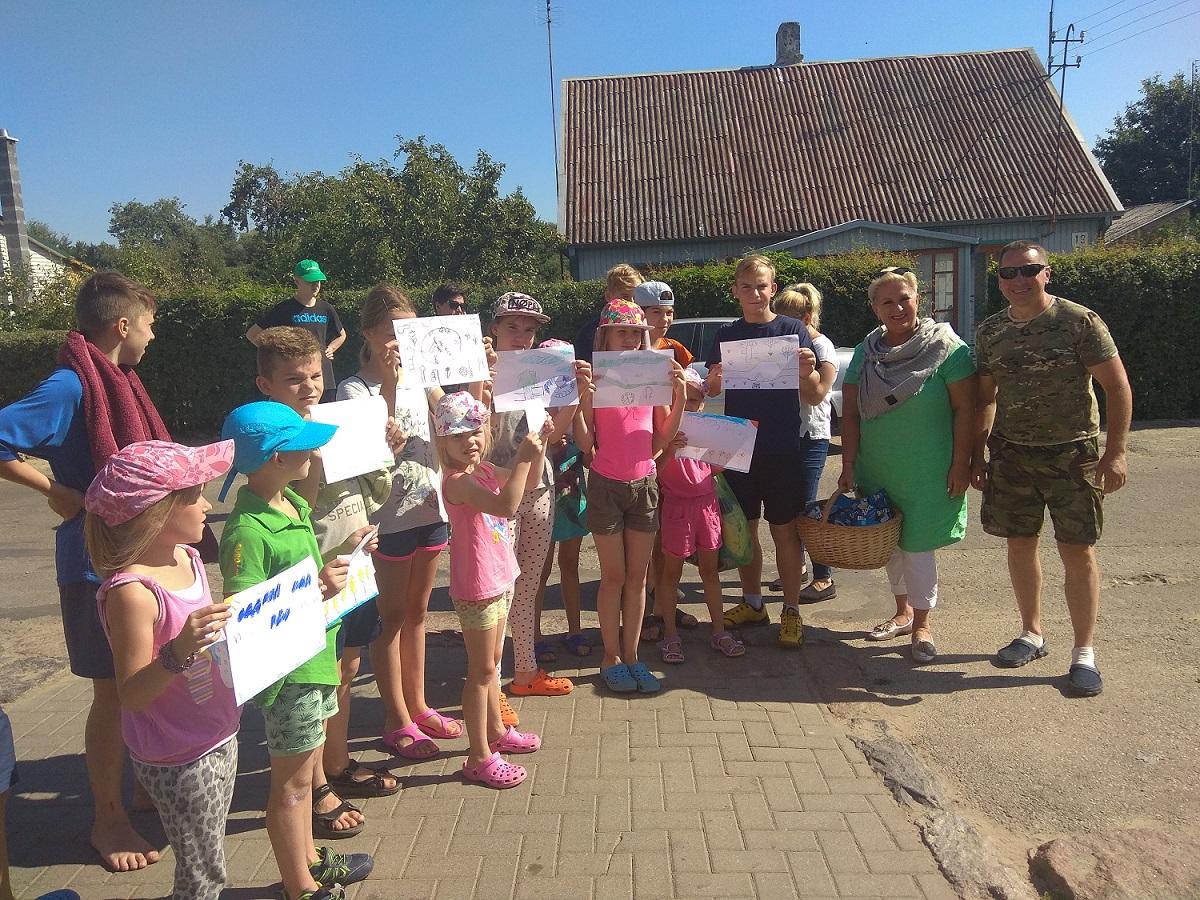 """Vaikai turėjo atlikti ir namų darbus – ant popieriaus nupiešti ir parašyti kokioje aplinkoje jie norėtų gyventi. Jų darbus vertino aplinkosaugos reindžeris R. Linevas ir LPF """"Viltis-Vikonda"""" vadovė Irena Staliorienė."""