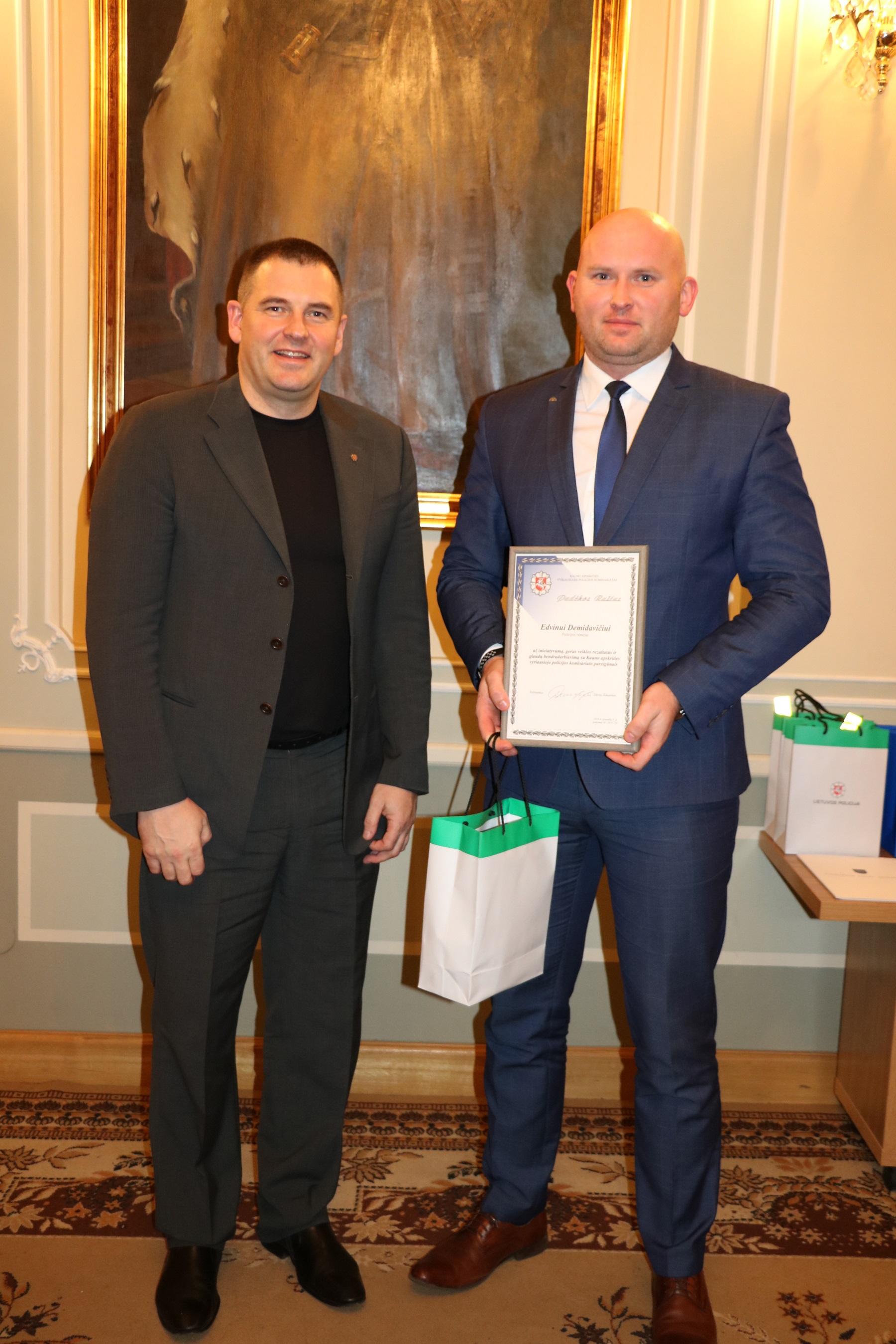 ·Kauno apskrities vyriausiojo policijos komisariato viršininko pavaduotojas Darius Pliavga įteikia padėką kėdainiečiui policijos rėmėjui Edvinui Demidavičiui.