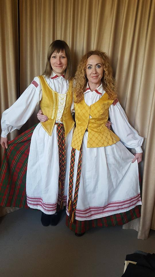 """Etnografinei vakaronei pasiruošusios Kėdainių Šviesiosios gimnazijos anglų kalbos mokytojos, projekto """"Ready for our lives"""" dalyvės Gitana Kaupienė (dešinėje) ir Agnė Bačiauskienė./ """"Facebook"""" nuotr."""