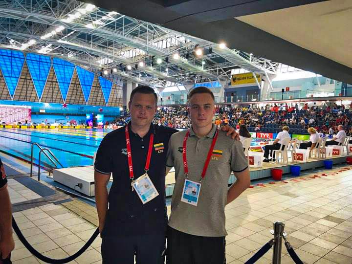 Europos jaunimo plaukimo čempionatas 2017 Izraelyje. Plaukikas Darijus Astrauskas su treneriu. / Asmeninio archyvo nuotr.