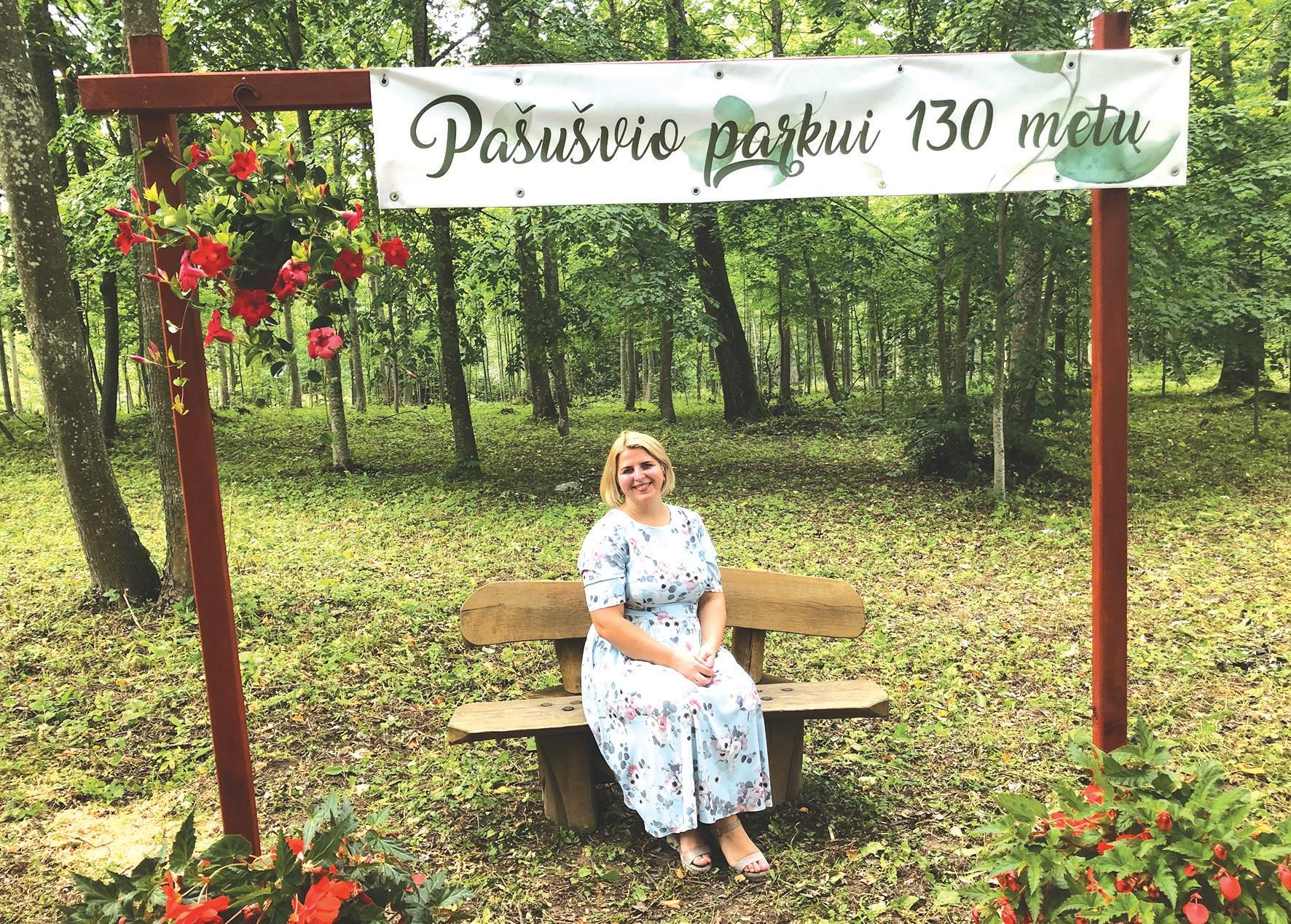 Antrus metus Plinkaigalio bendruomenės pirmininkės pareigas einanti Inga Dovydienė pasidžiaugė Pašušvio parke surengtu minėjimu ir tikina, kad renginys skirtas Pašušvio parko 130 metų jubiliejui – sėkmingas. /Džestinos Borodinaitės nuotr.