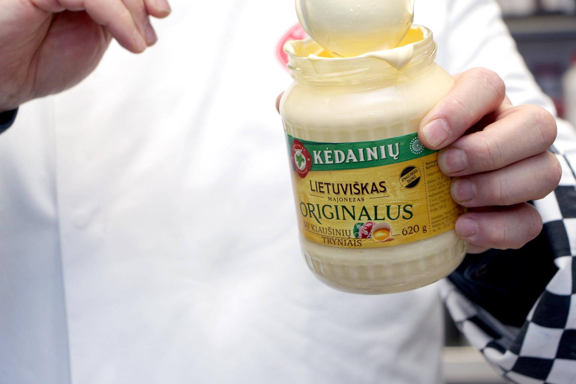 Algis Kulvietis didžiuojasi savo naujausiu kūriniu – lietuvišku originaliu majonezu su natūraliais kiaušinių tryniais. / Aldo Surkevičiaus nuotr.