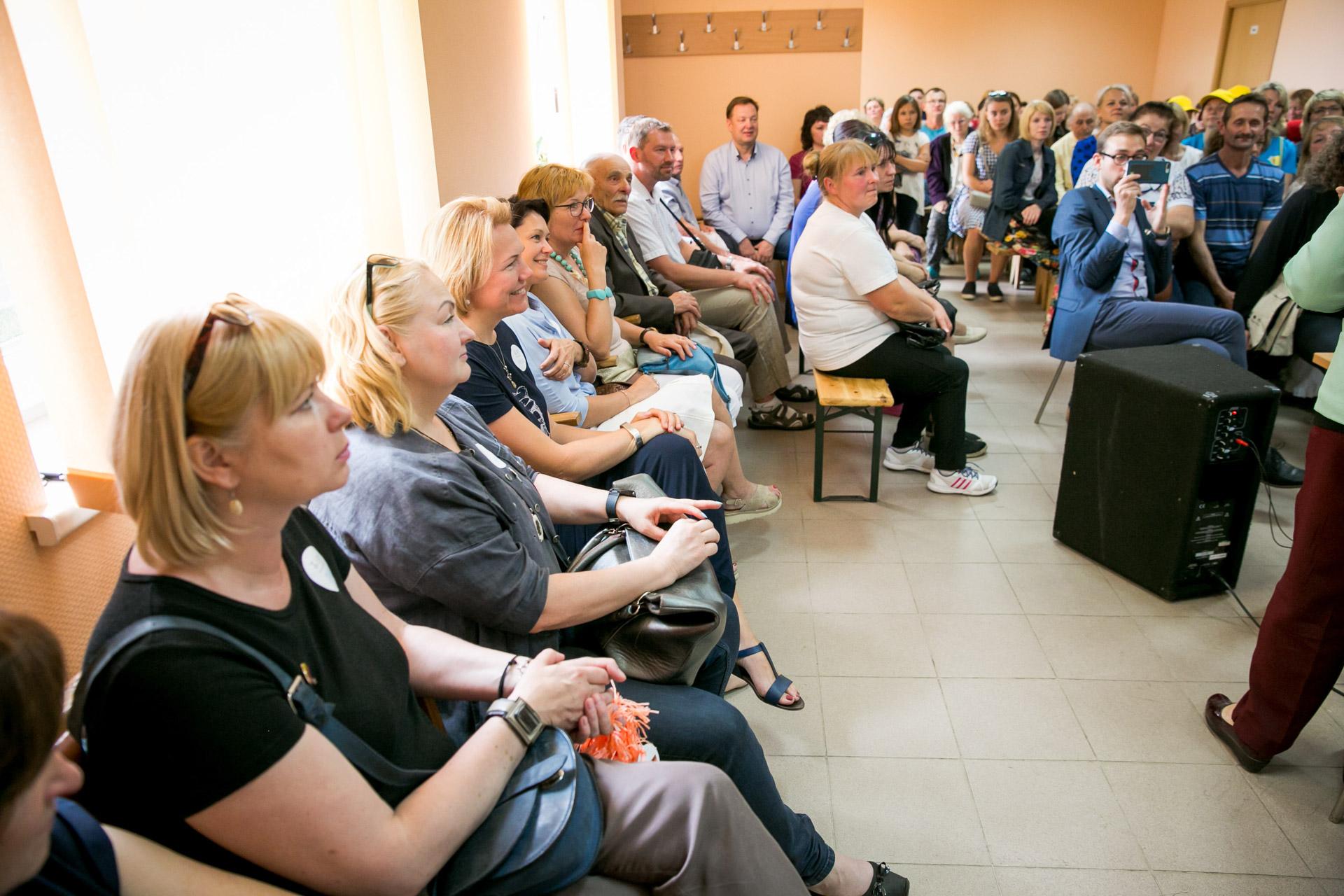 """Kad projektas #Įkvėpk Lietuvai yra būtinas, E. Kubilius su bendraminčiais galutinai įsitikino po pokalbio suVilniaus miesto krizių centro vadoveNijole Dirsiene. """"Žmonėms, kuriais mes rūpinamės, reikia socialinės, emocinės bendravimo pagalbos. Trūksta artimesnio, žmogiško ryšio, o ne pinigų, nes sofą ar televizorių suorganizuoti galime greitai"""", – tąsyk pasakė ji./ Justinos Gedvilaitės nuotr."""