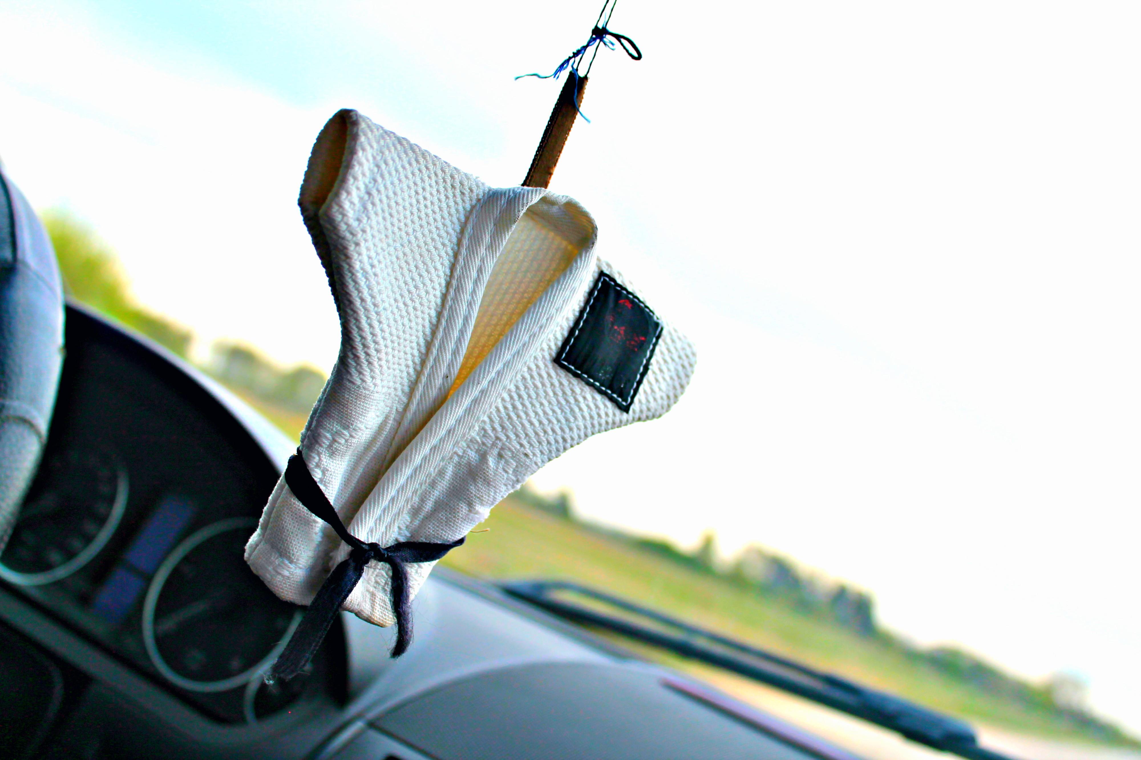 Didžiausiuose Lietuvoje vykstančiose dziudo federacijos renginiuose galima įsigyti pačių įvairiausių suvenyrų – nuo rašiklių ir puodelių su kimono iki aksesuarų automobiliui. Vienas tokių Indriaus Boliso keliones lydi jau penkiolika metų.
