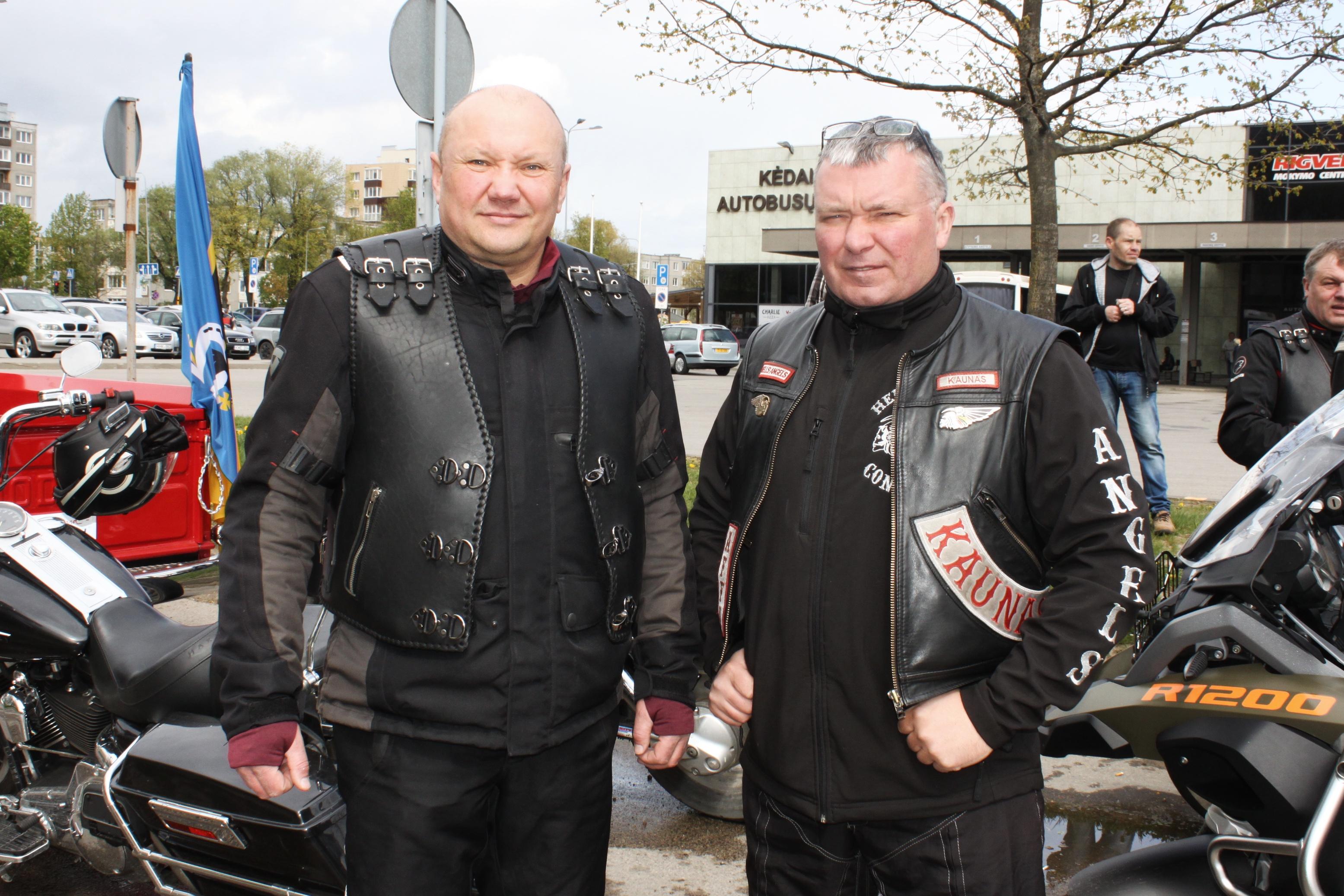 Sezono atidarymo ir uždarymo šventes Kėdainiuose su bendraminčiais rengia motociklininkas Gediminas Kazilionis (kairėje). J. Šveikytės nuotr.