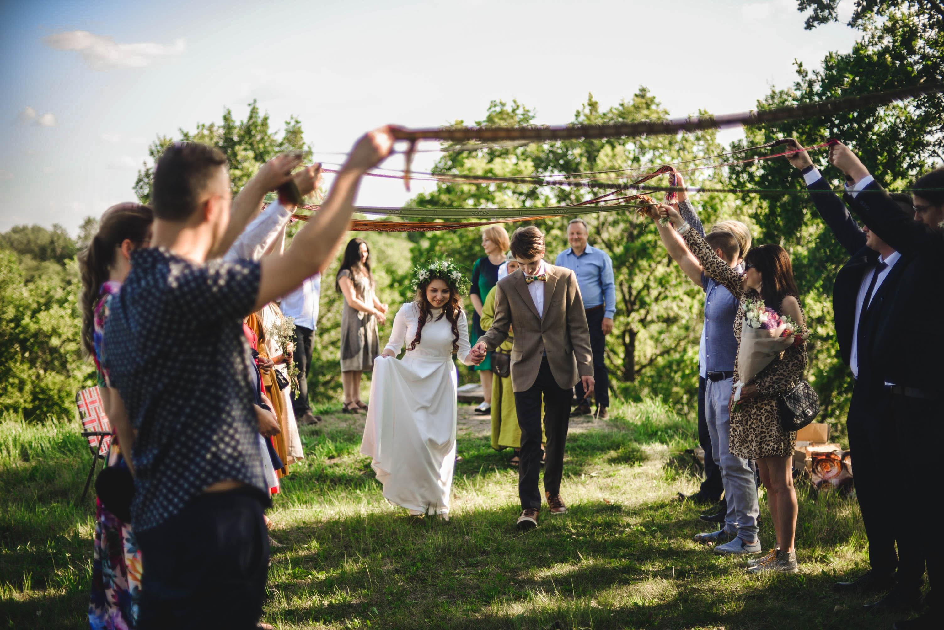 Kėdainietės Rusnės Ivaškevičiūtės- Povilaitienės jungtuvės vyko ant Bakainių piliakalnio, o į tuoktuvių ceremoniją buvo įtraukti ir vestuvių svečiai.