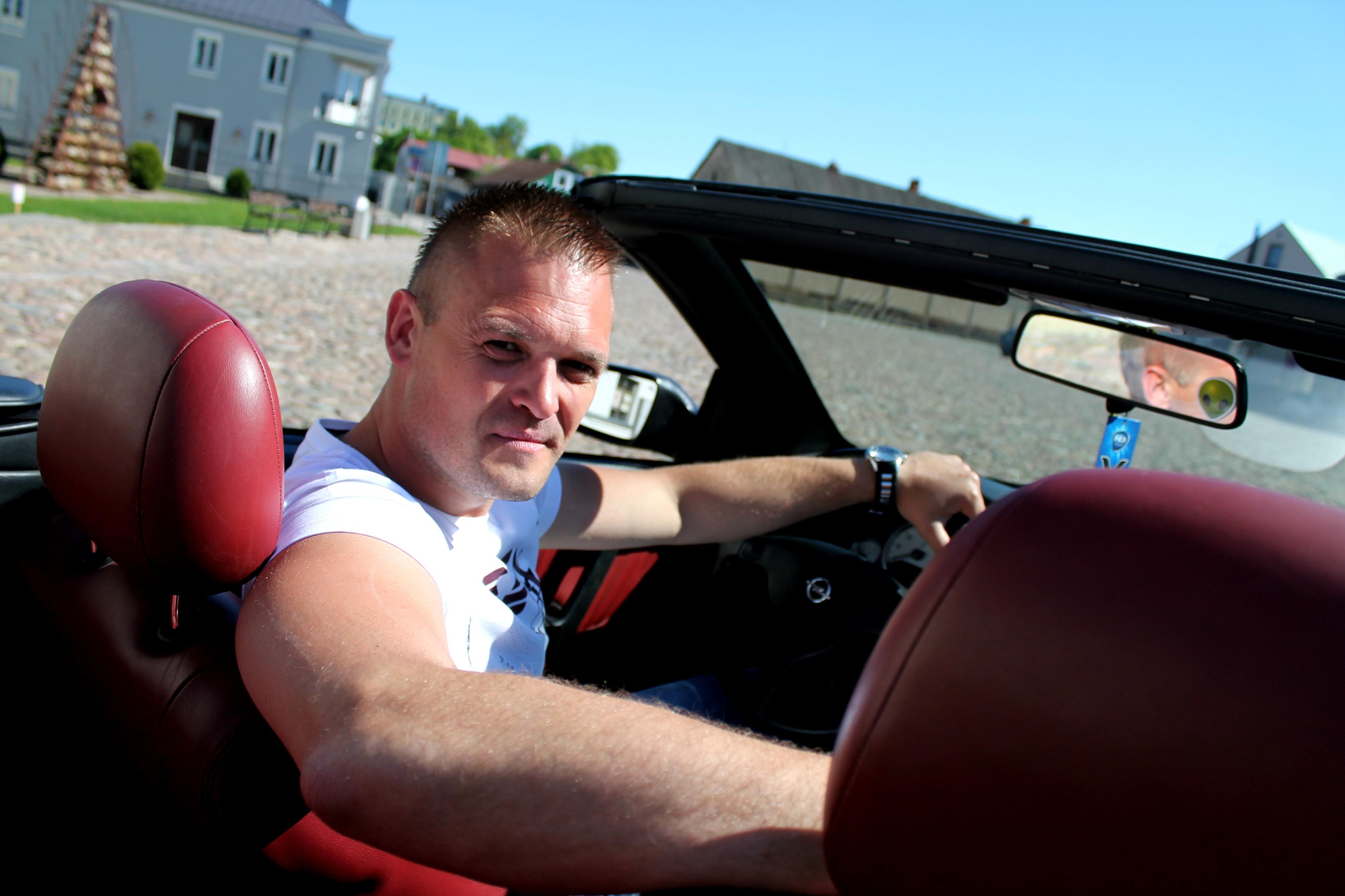 Kėdainietis Marius Sarapinas vairuoja savo antrąjį kabrioletą. Pirmąjį įsigijęs prieš kone aštuonerius metus, po to – išbandęs kitokių markių ir tipų automobilius, praėjusią vasarą jaunas vyras sugrįžo ten, kur jaučiasi geriausiai – už kabrioleto vairo.