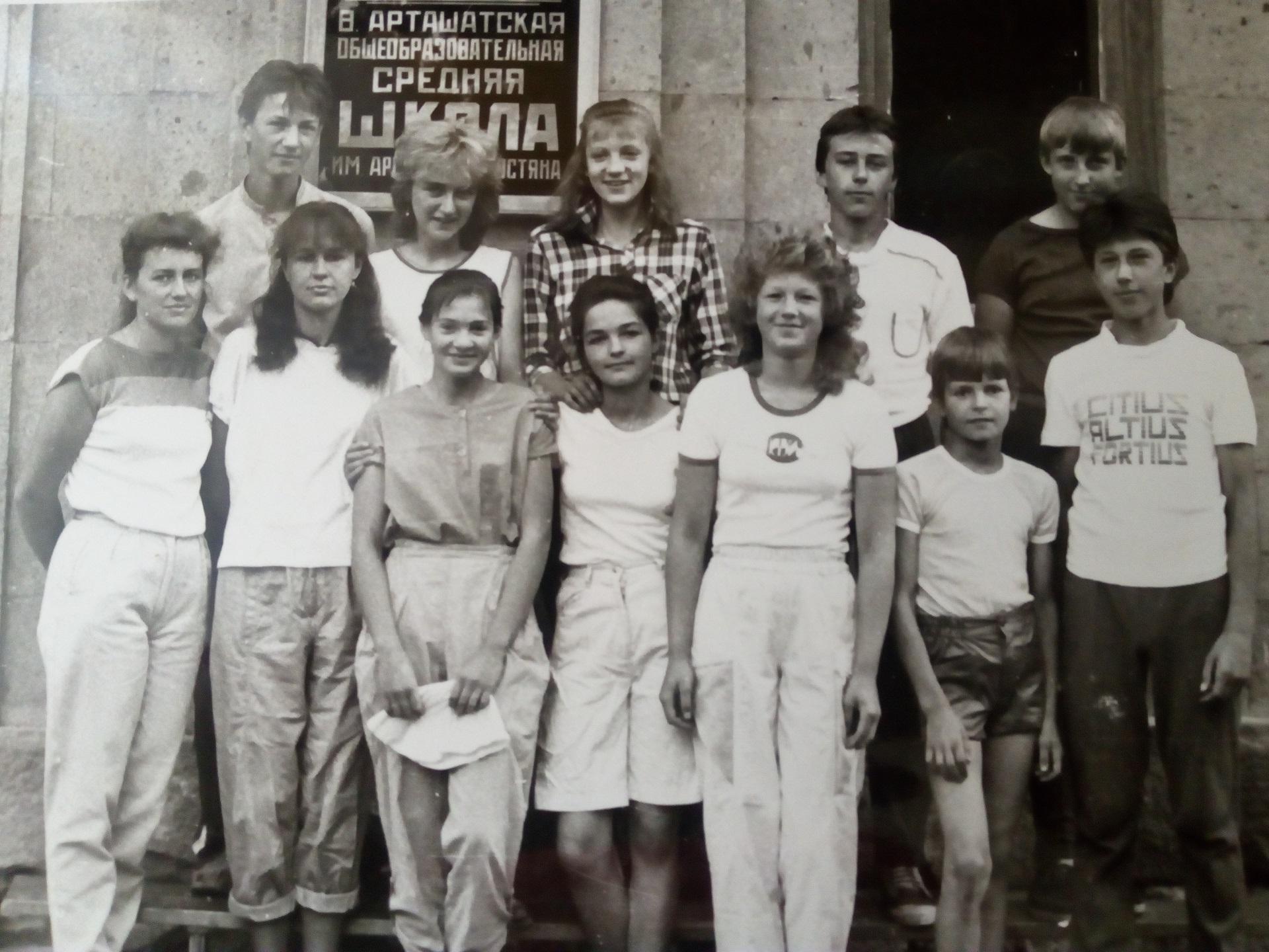 Su Labūnavos mokyklos mokinių grupe darbo ir poilsio stovykloje Armėnijoje 1988 m. Rita – pirma iš kairės./ Asmeninio archyvo nuotr.