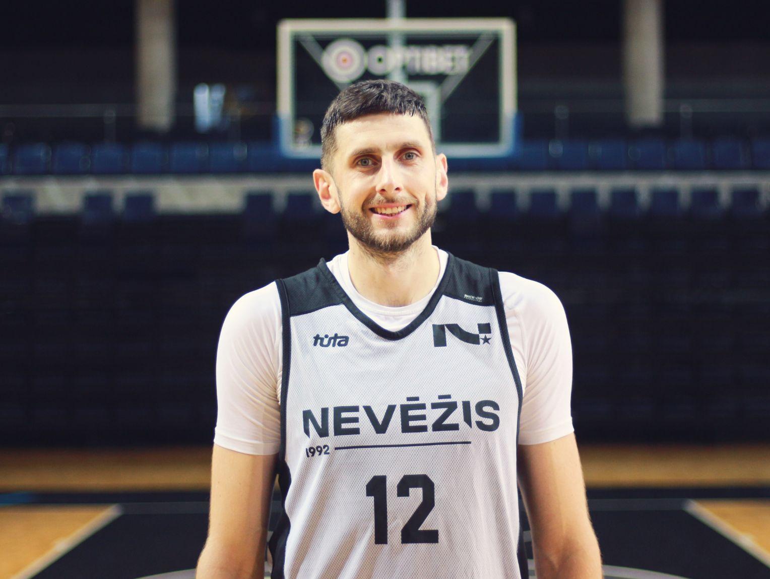 Ignas Lukošius sako, kad galimybė dirbti nuotoliniu būdu jam leidžia labai gerai suderinti dvi karjeras – krepšininko ir programuotojo. Vis dėlto jis svajoja kada nors žaisi vien tik krepšinį.
