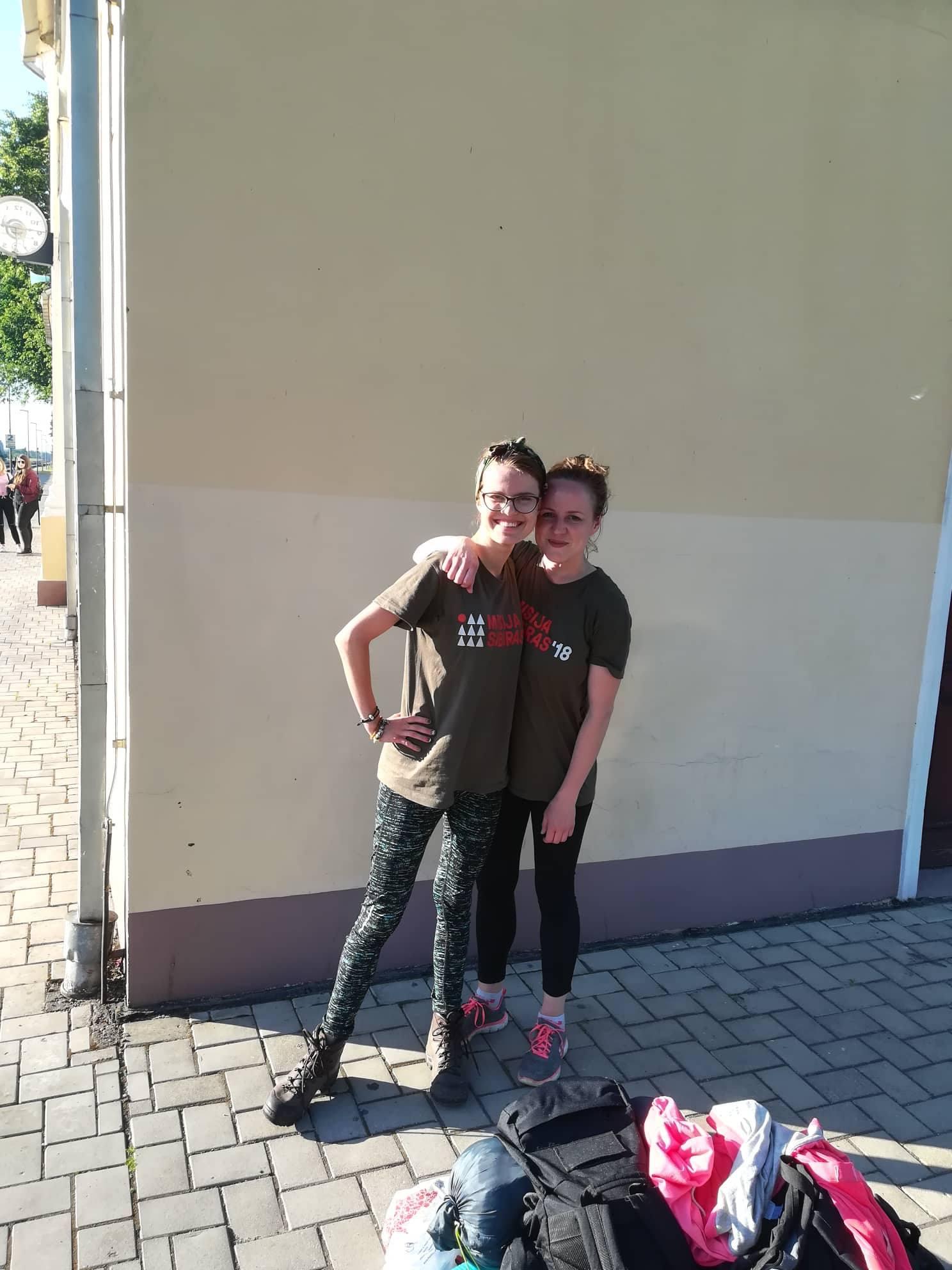 Su josvainiete Emilija Izabele Adomaityte (kairėje) per kelias dienas nužygiavome 74 kilometrus pėsčiomis… su 15 kilogramų kuprine, pilna žygeivių amunicijos, ant pečių. Supermerginos!
