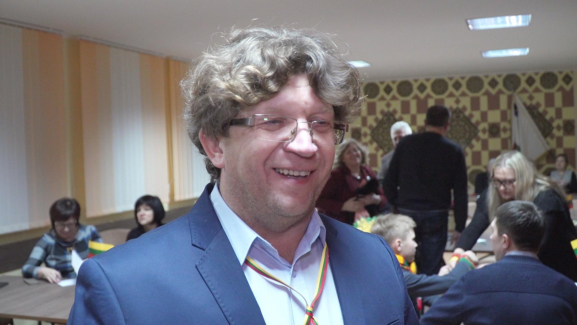 """Labūnavos bendruomenės centro pirmininkas Rytas Kretavičius akcentavo, kad šįmet, jau šeštajame, tradiciniame miestelio """"Protų mūšyje"""" jėgas išbandė rekordinis dalyvių skaičius – net šešiasdešimt, susiskirsčiusių į aštuonias komandas./ """"Rinkos aikštės TV"""" STOP kadras"""