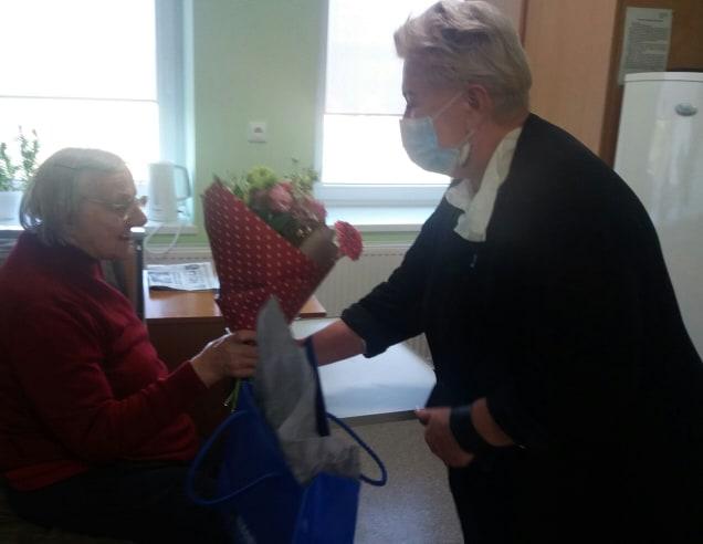 Dotnuvos slaugos namų direktorė Irena Staliorienė jubiliatei įteikė puokštę gėlių bei perdavė rajono mero Valentino Tamulio sveikinimą ir dovanėlę. Dotnuvos slaugos namų nuotr.
