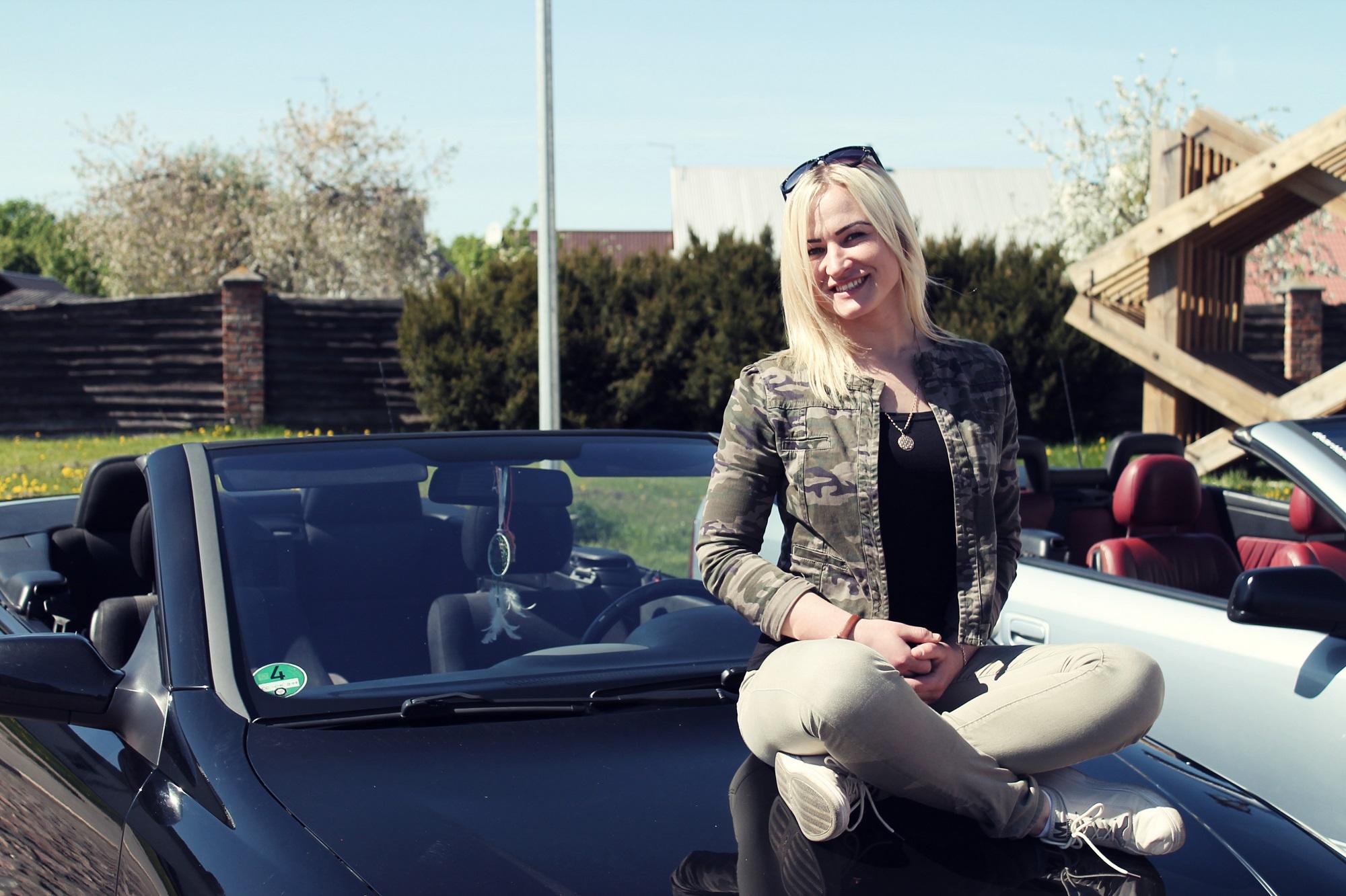 """Miesto gatvėmis kėdainietė Sonata Kulčickaitė, prasmukti nepastebėta, negali. Na, o kaip gi – šviesiaplaukė gražuolė prie juodut juodutėlio """"Opel Astra"""" kabrioleto vairo!"""