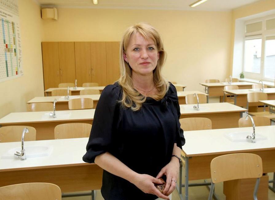 """Juozo Paukštelio progimnazijos direktorė Tereza Sotnik: """"Pradinių klasių mokinių ir vyresniųjų pertraukų laikas skiriasi, tai pastebimai išėjo į naudą, nes koridoriuose mažesnė spūstis, mažiau triukš- mo, be to, esamoje situacijoje lengviau apsaugoti mokinius bei sumažinti tarpusavio kontaktą"""". Algimanto Barzdžiaus/ """"Rinkos aikštės"""" archyvo nuotr"""