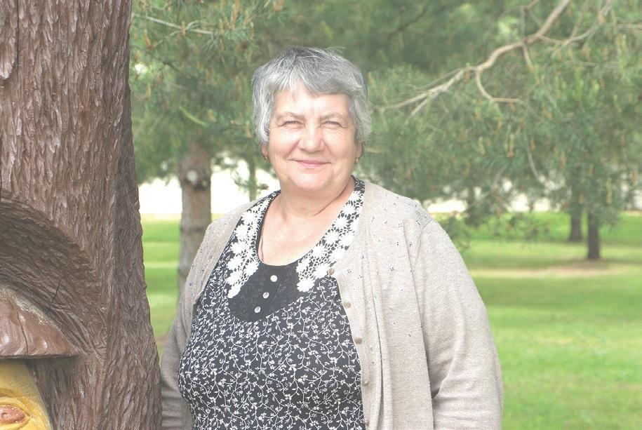 Pelėdnagių bendruomenės pirmininkė Virginija Vilkelienė gimė ir augo Slikių kaime, tačiau tikina, kad jos širdis priklauso tik taip mylimiems Pelėdnagiams./Džestinos Borodinaitės nuotr.
