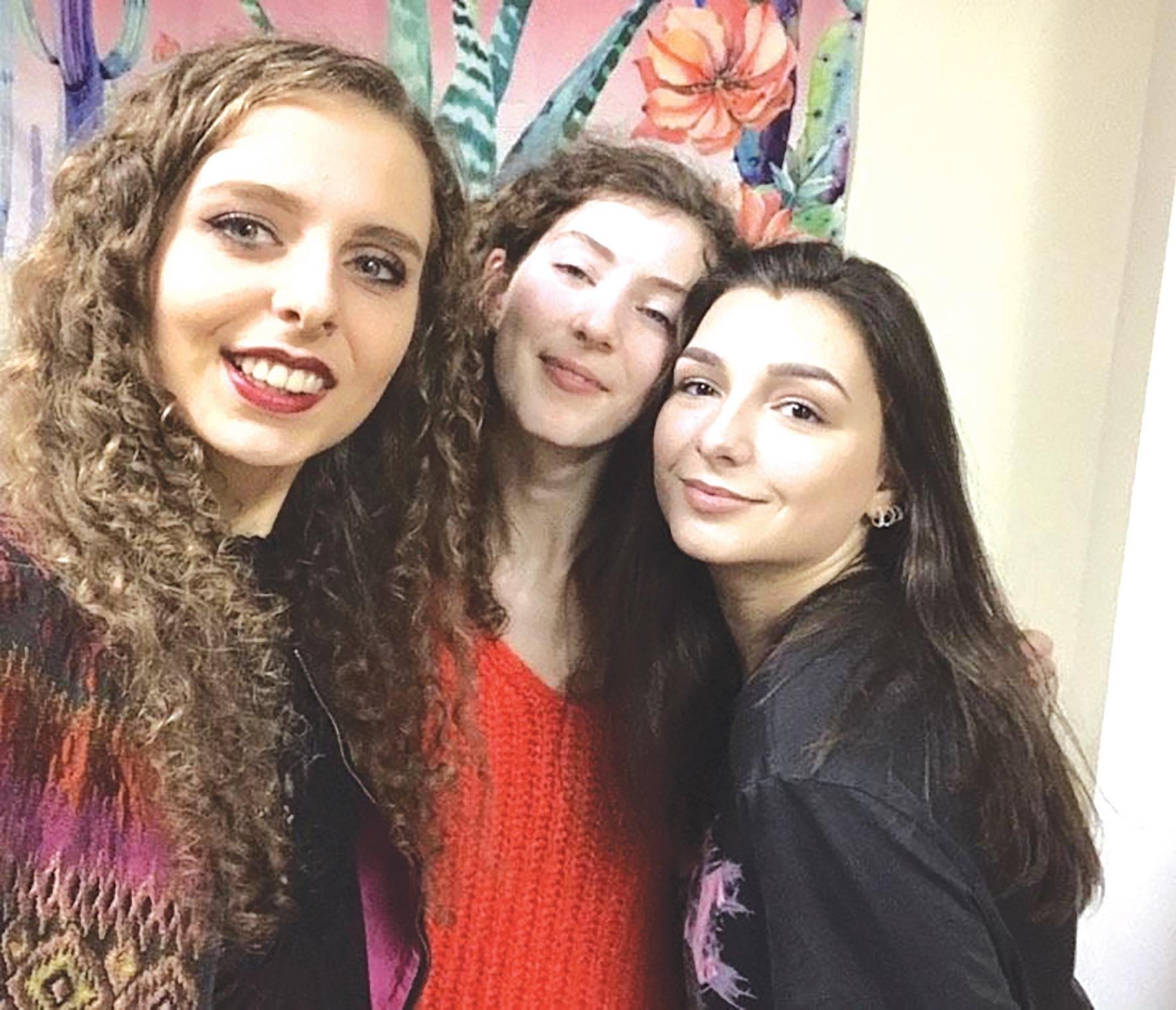 Karolina (pirma dešinėje) susidraugavo su merginomis iš Britanijos./Asmeninio archyvo nuotr.