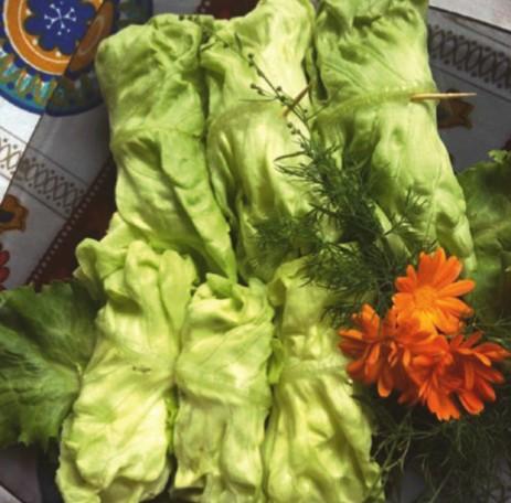 Salotų lapų su agurkų įdaru suktinukai
