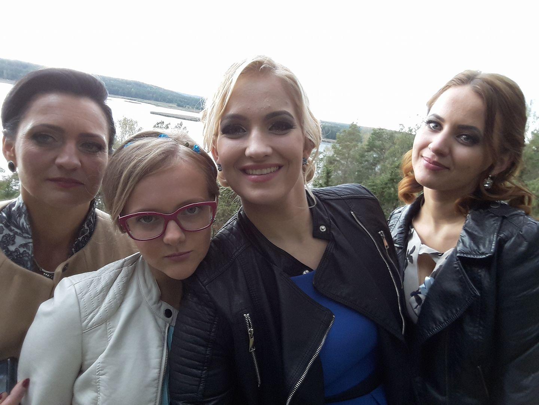 3.Ingrida (kairėje) didžiuojasi savo šauniomis dukromis (iš kairės): jaunėlė Miglė, vidurinioji Eglė ir vyresnėlė Agnė.