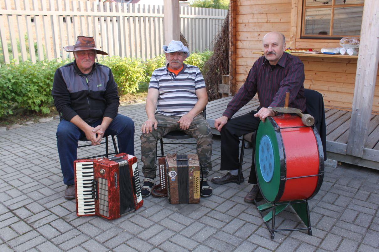 Mantviliškio kaimo muzikantai (iš kairės): Juozas Vaicekavičius, Eugenijus Jablonskis ir Kazimieras Paškevičius./Džestinos Borodinaitės nuotr.