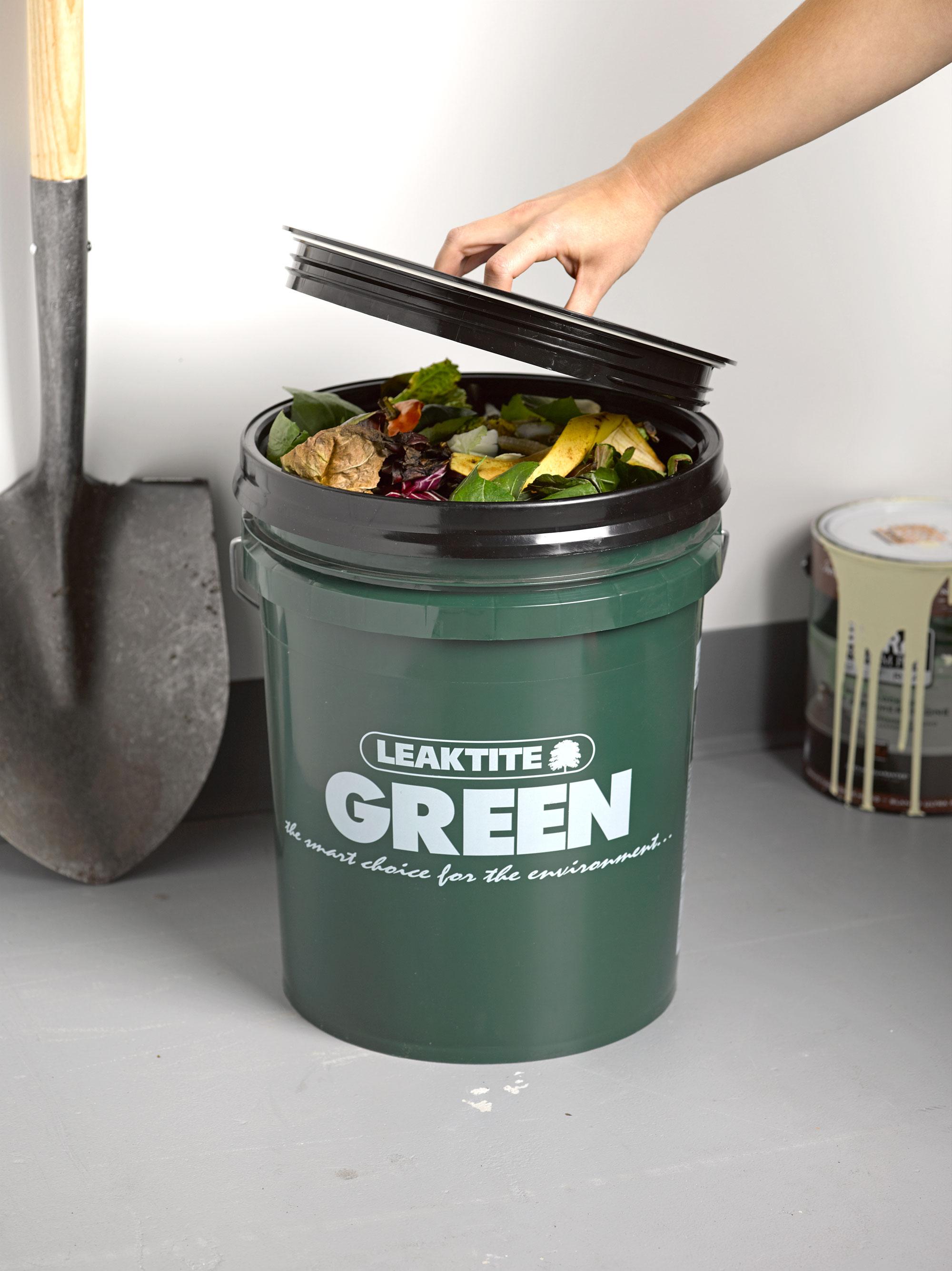 Žaliųjų atliekų kompostavimas yra puikus pavyzdys, kaip galima kokybiškai panaudoti pačias įvairiausias atliekas, susidarančias mūsų soduose ir daržuose. Asociatyvi nuotr.