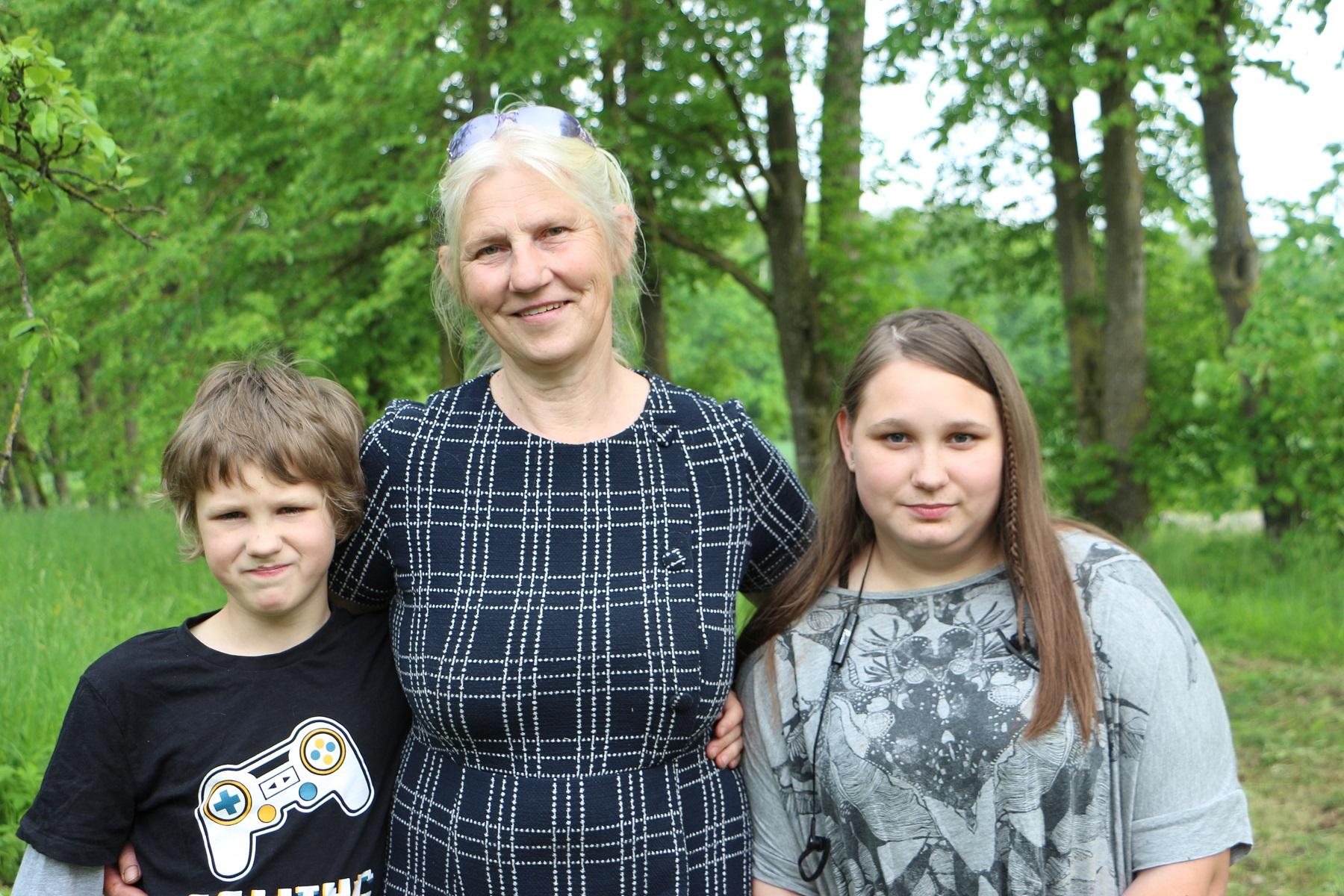 Rita Karnišauskienė ir jos globotiniai Deimantė bei Irmantas šiuo metu gyvena Puodžiuose.