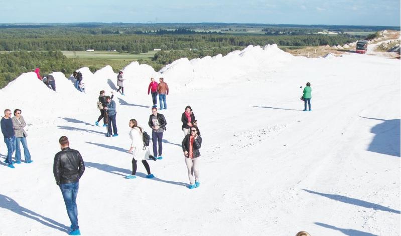 """Balta balta – kur dairais – vasarai įsibėgėjant!… Iš apsilankymo bendrovėje """"Lifosa"""" kraštiečiai išsivežė pilną lagaminą pačių didžiausių įspūdžių, o įdomiausia dalis šiųmečiams """"Lifosos"""" atvirų durų dienų lankytojams, kaip ir įprasta, buvo pasivaikščiojimas bendrovės fosfogipso kalnuose."""