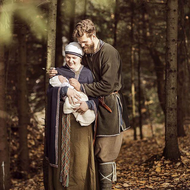 """""""Romuvos"""" vaidilė Miglė Valaitienė, su vyru susipažinusi dar paauglystėje, sako, kad, atėjus jungtuvių metui, klausimų, kaip jos vyks ir kokiomis tradicijomis gyvens šeima, net nekilo./Asmeninio archyvo nuotr."""