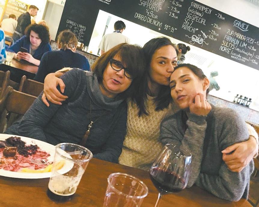 Daiva su rytietiško grožio dukromis Nargiza (dešinėje) ir Dilber yra itin artima.