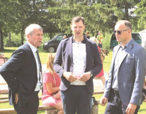 Renginio šeimininkas Pernaravos seniūnas Artūras Gustas (kairėje) turėjo apie ką pasikalbėti su vicemeru Pauliumi Aukštikalniu ir administracijos direktoriaus pavaduotoju Gintautu Muzniku.