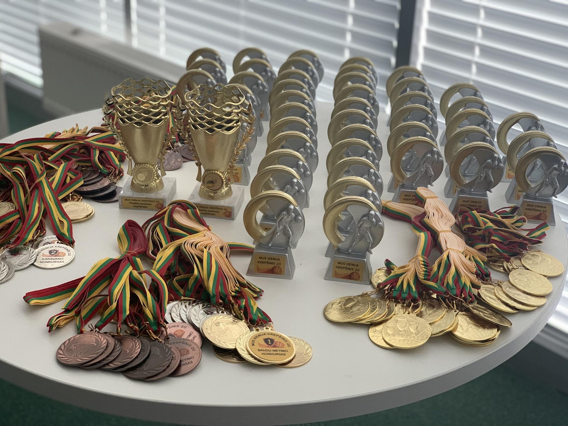 Kiekvienas stovyklos dalyvis apdovanotas atminimo statulėle, o geriausiai pasirodžiusieji konkursuose buvo apdovanoti medaliais ir taurėmis./Organizatorių nuotr.