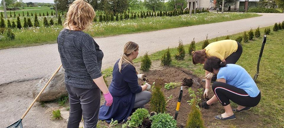Kaimo moterys labai norėjo gėlių pasodinti, nes sėjo jas jau žiemą, kad atėjus tinkamam laikui būtų galima pasodinti lauke. Asmeninio archyvo nuotr.