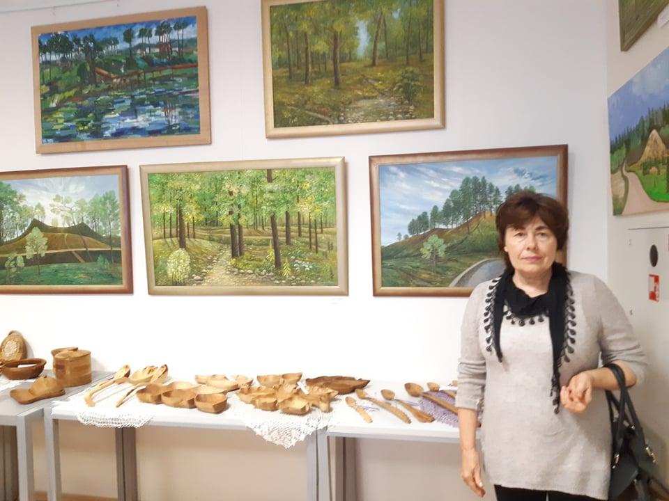Aldona Tunkūnienė prie savo tapybos darbų. Asmeninio albumo nuotr.