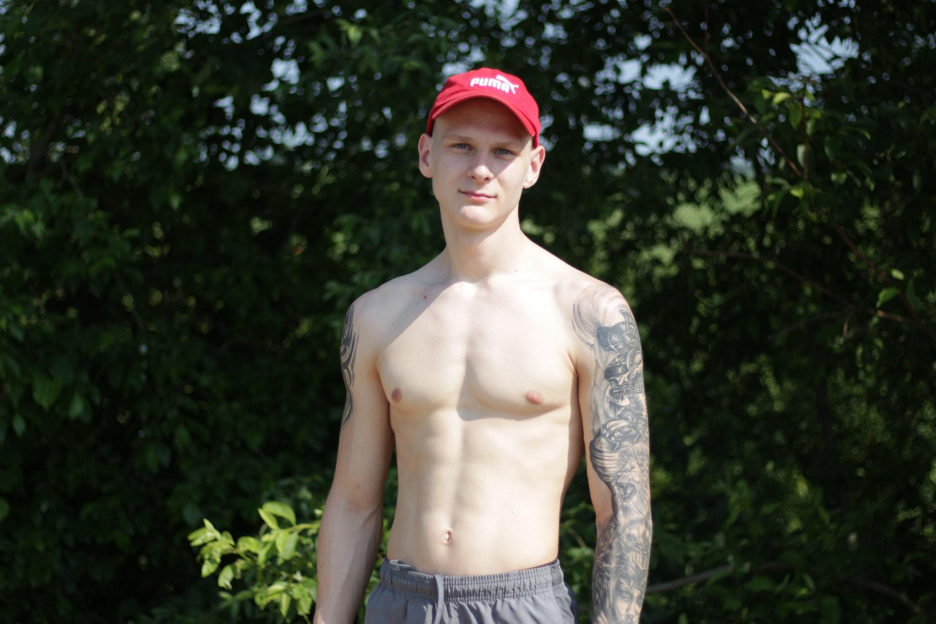 Automobiliui taupantis Kėdainių profesinio rengimo centro auklėtinis Erikas Vasiljevas džiaugiasi galimybe vasarą užsidirbti pinigų. Aldo Surkevičiaus nuotr.