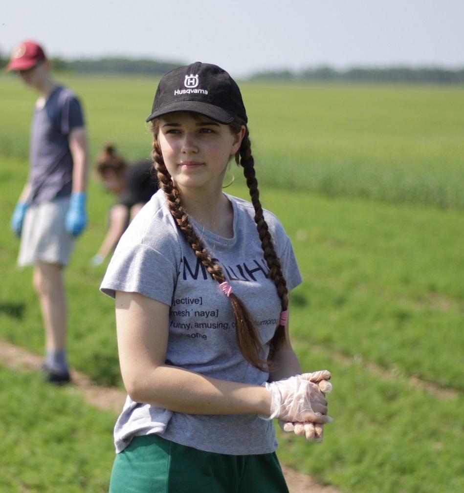 """Darbuodamasi """"Krekenavos"""" laukuose vasaros atostogas leidžia ir jaunoji Kėdainių dziudo sporto šakos žvaigždutė Kamilė Marcinkevičiūtė. Aldo Surkevičiaus nuotr."""