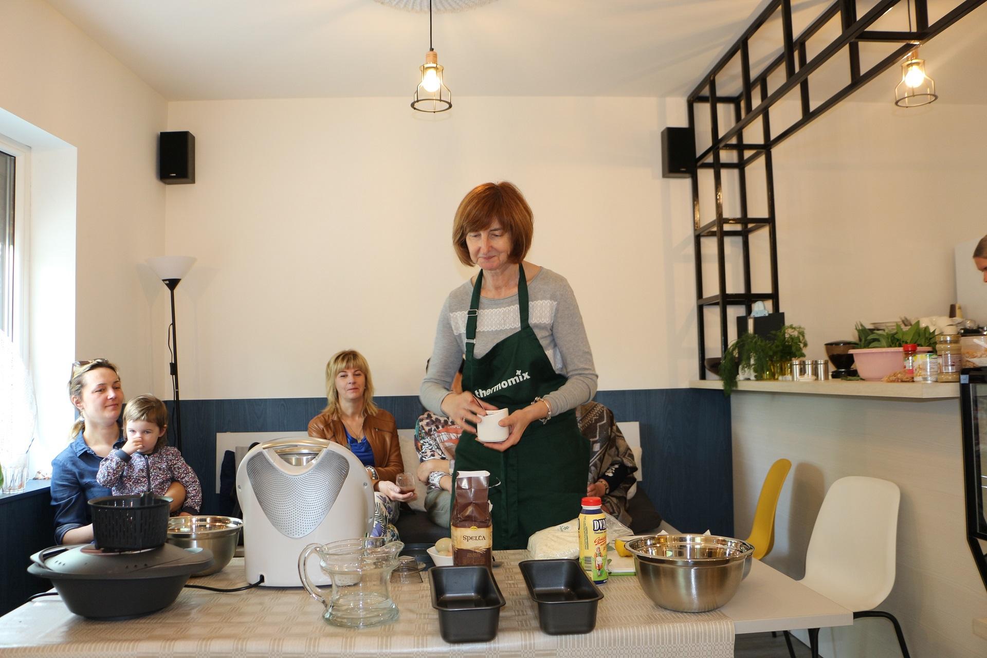 Regina Danauskaitė bendruomenės moterims demonstravo išmaniojo puodo galimybes. Kelios minutės ir tobula tešla trupininiam varškės pyragui bus paruošta! Akvilės Kupčinskaitės nuotr.