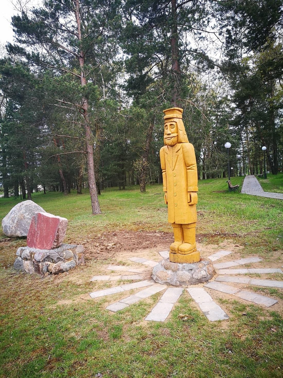 """Skulptūra """"Bernaitis-šveplys"""", kuris, anot legendos, atnešė kaimui pavadinimą. Jis ir legenda visuomet jūsų lauks Beinaičių parkelyje. Už padovanotą ąžuolą skulptūrai bendruomenė dėkoja Vaidui Deikai. Asmeninio archyvo nuotr."""