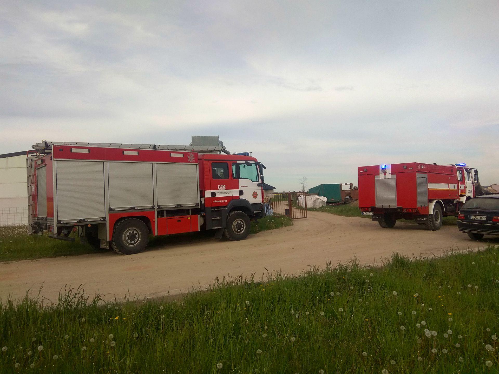 Šeštadienio vakarą Josvainių link skubėjo gausios ugniagesių gelbėtojų pajėgos, mat buvo pranešta, kad galimai dega namas. Dimitrijaus Kuprijanovo nuotr.