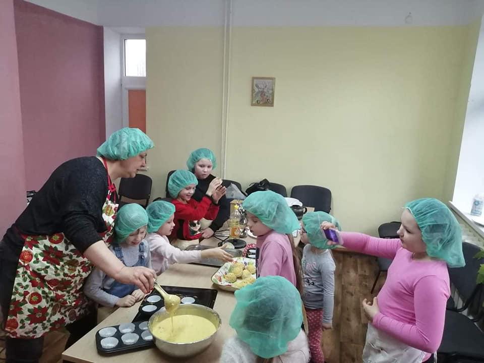 Mažosios Beinaičių šeimininkutės mokėsi gaminti keksiukus. Asmeninio archyvo nuotr.