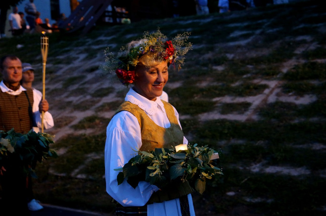 """Viena gražiausių Joninių tradicijų – vandenin paleisti žolynų ir gėlių vainiku papuoštą žvakelę. Algimanto Barzdžiaus / """"Rinkos aikštės"""" archyvo nuotr."""