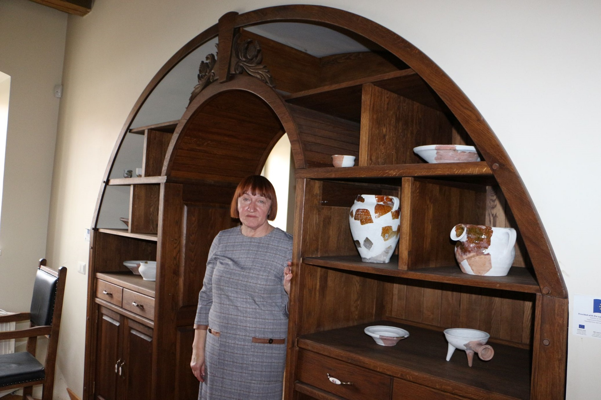 Atestuota sertifikuotų tautinio paveldo produktų tradicinė amatininkė Dalė Urbienė keramikos moko Arnetų namuose. Kristinos Mirvienės nuotr.