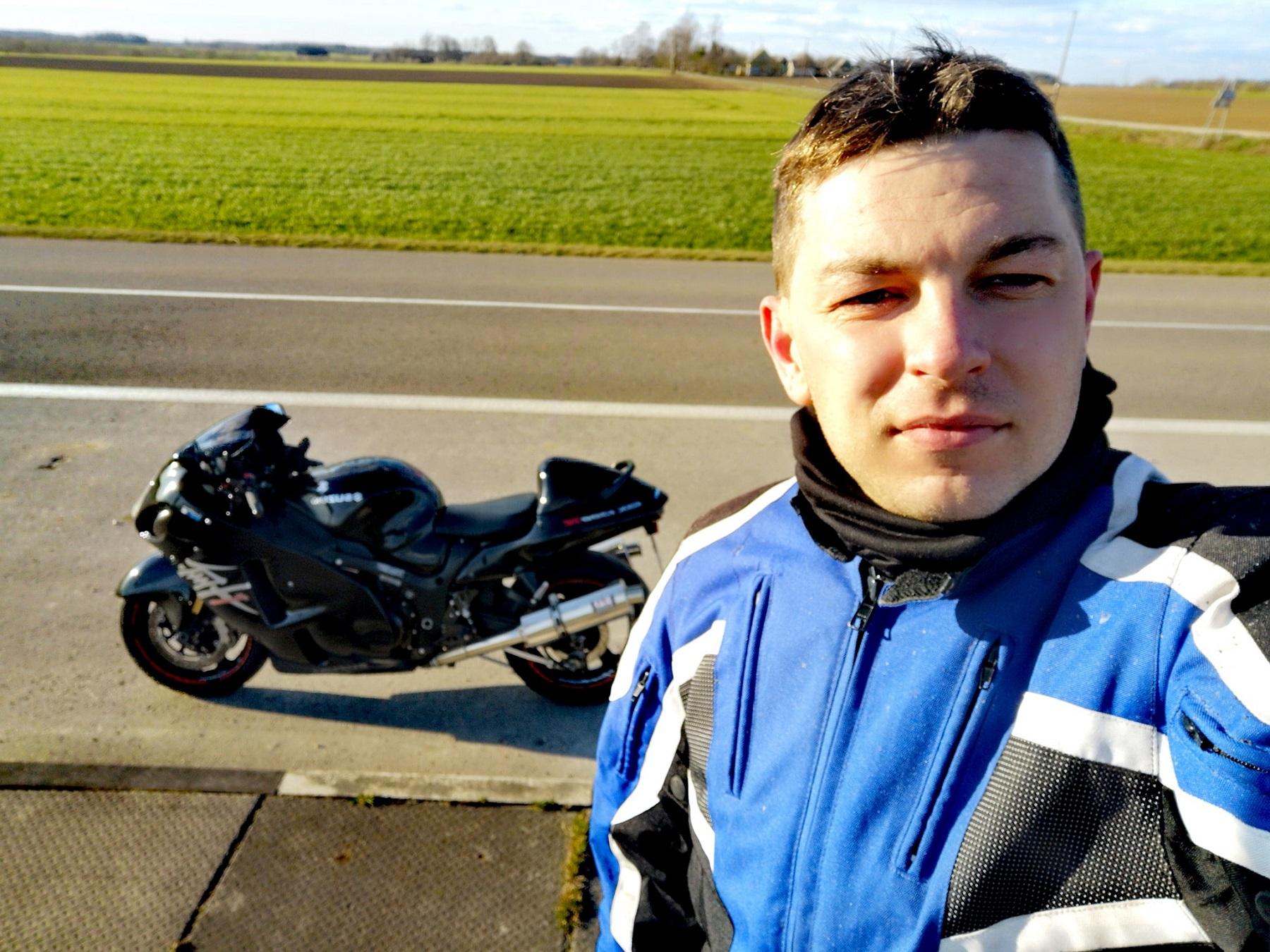 """Manto Mažuolio nuomone, pamatinė saugaus važiavimo motociklu taisyklė: """"Motociklu reikia važiuoti taip, lyg tau visada būtų šalutinis, net jeigu ir pagrindinis""""."""