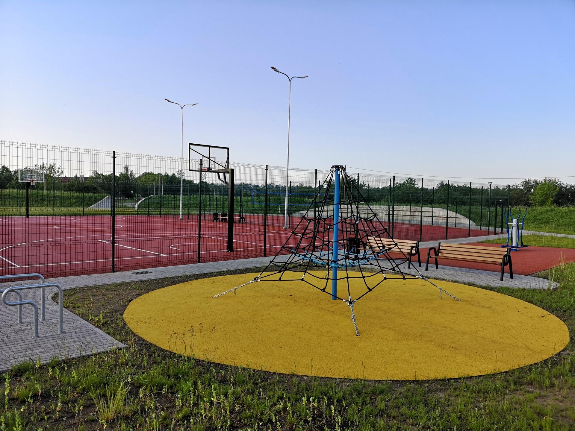Pelėdnagių viešosios erdvės su šios gyvenvietės stadionu turėjo būti baigtos tvarkyti tik kitą savaitę, tačiau pelėdnagiškiai jau kelis mėnesius džiaugiasi anksčiau laiko pabaigtais darbais. Andriaus Kasparavičiaus nuotr.