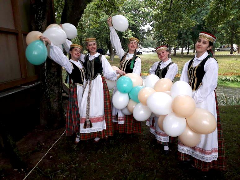 """Susirinkusiuosius džiugino jaunosios saviveiklininkės– Truskavos kultūros centro šokių kolektyvas """"Vermenėlė"""". Organizatorių nuotr."""