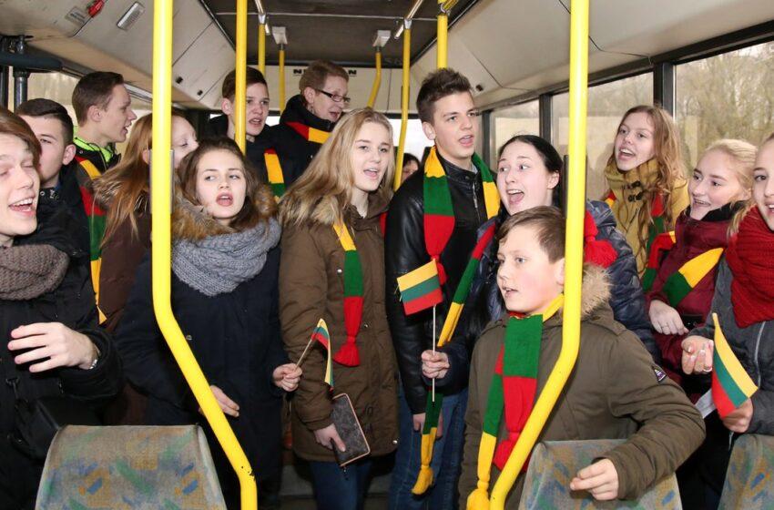 Autobusuose – patriotinės nuotaikos ir dainos