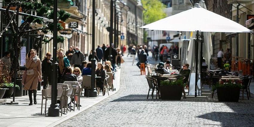 Įsigalioja karantino švelninimai: leidžiami didesni žmonių susibūrimai ir renginiai, kavinės dirbs ilgiau