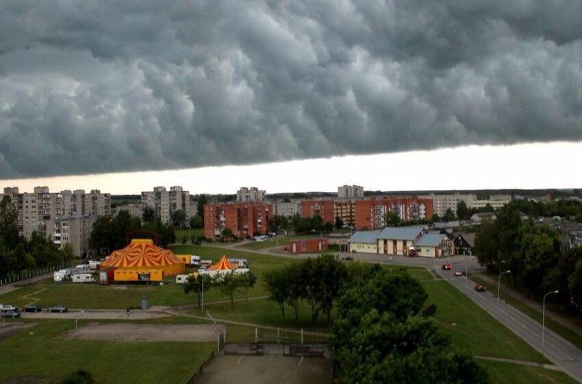Virš Kėdainių užslinko audros debesys