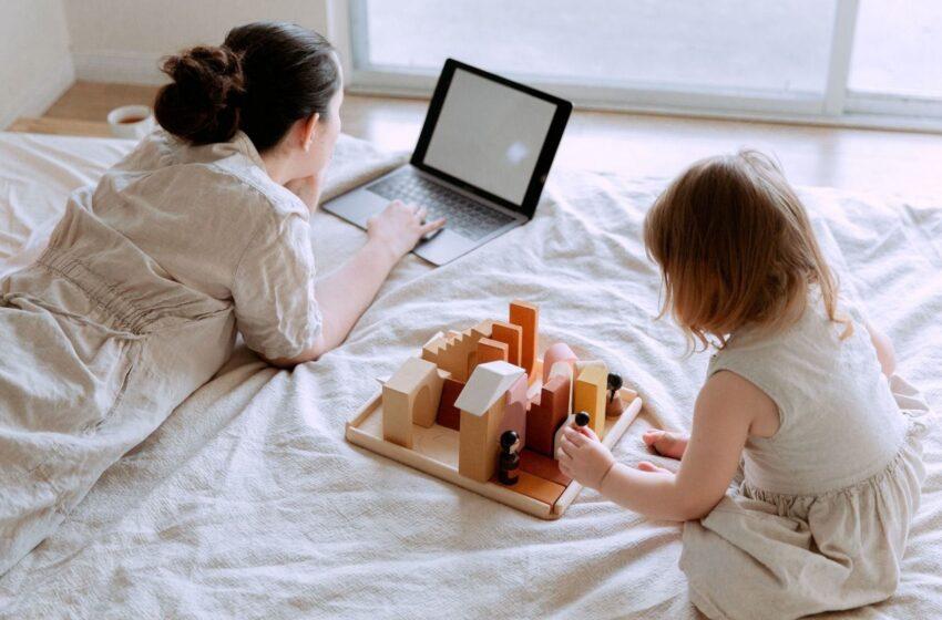 Žaislus reikia rinkti atsakingai, tačiau svarbu nepamiršti, kad vaikams labai svarbu tėvų dėmesys