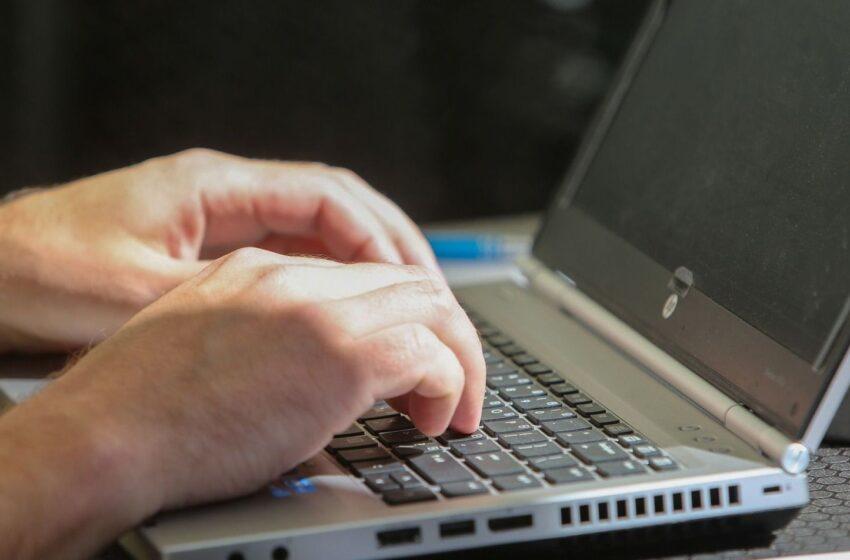 Trys ženklai, rodantys, kad naršymas internete tampa problema